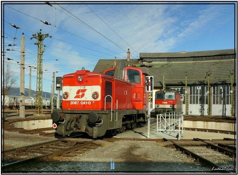 A 2067 041-0 pályaszámu mozdony a Knittenfeldi fütõház fordítókorongján fotó