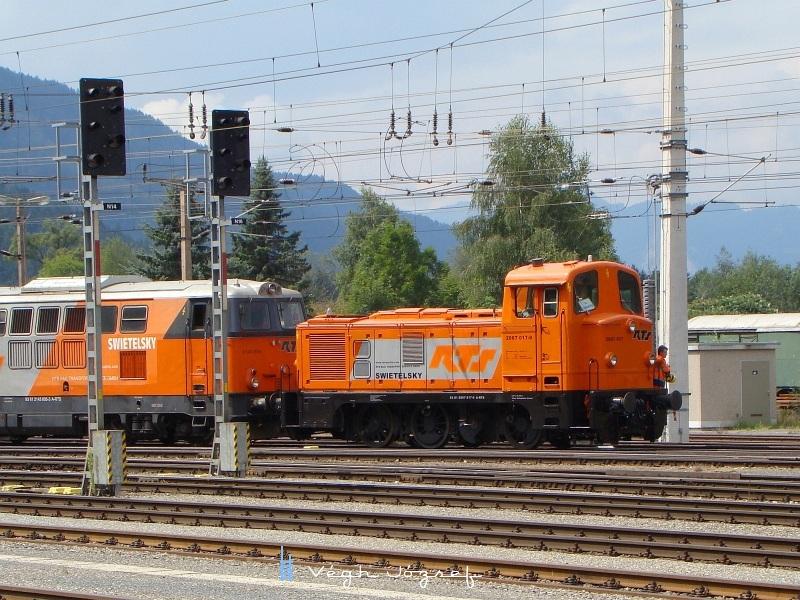 2067 017-0 pályaszámú,  a Swietelsky tulajdonában álló, kivállón felujított állapotu mozdony a 2143 005 társaságában Selzthal állomáson éppen áthaladóban  fotó