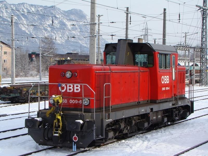 A 2068 009-6 os itt január 26-án már Wörglben dolgozott, ahol a 2-es tartalék rendszerint  egy 2068-as, már ha éppen van elég működőképes belőlük és nem kell 2067-est kiadniuk a nehéz tolatási munkákra. A mozdonyon egyébként legtöbbször az ÖBB legfiatalabb mozdonyvezető hölgye dolgozik, ő ugyanis a 21. életévéig nem mehet a nyilt vonalra... fotó