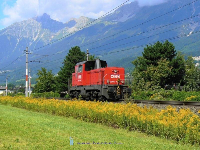 2009.08.13-án Rum bei Innsbrucknál valószínüleg Hallba tartott gépmenetben a 2068 016-4 pályaszámu gép fotó