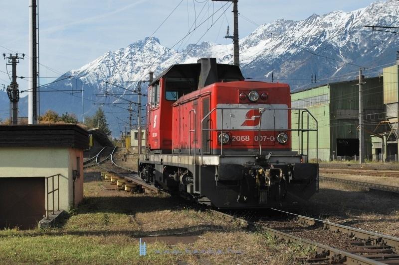 2068 007-0 a Hall in Tirol-i gurítódombról jár le éppen a vágányféken keresztül fotó