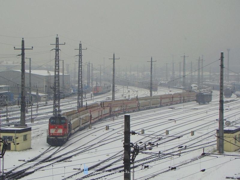 A 2068 027-8 pályaszámu mozdony éppen francia autószállító kocsikat rendez, a háttérben pedig egy 160-al átrobogó EC látható fotó