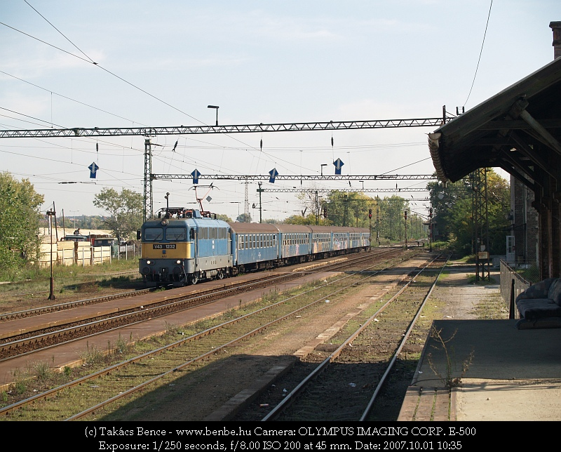 V43 1232 Nagytétény-Diósd állomáson By kocsikból álló személyvonatával fotó