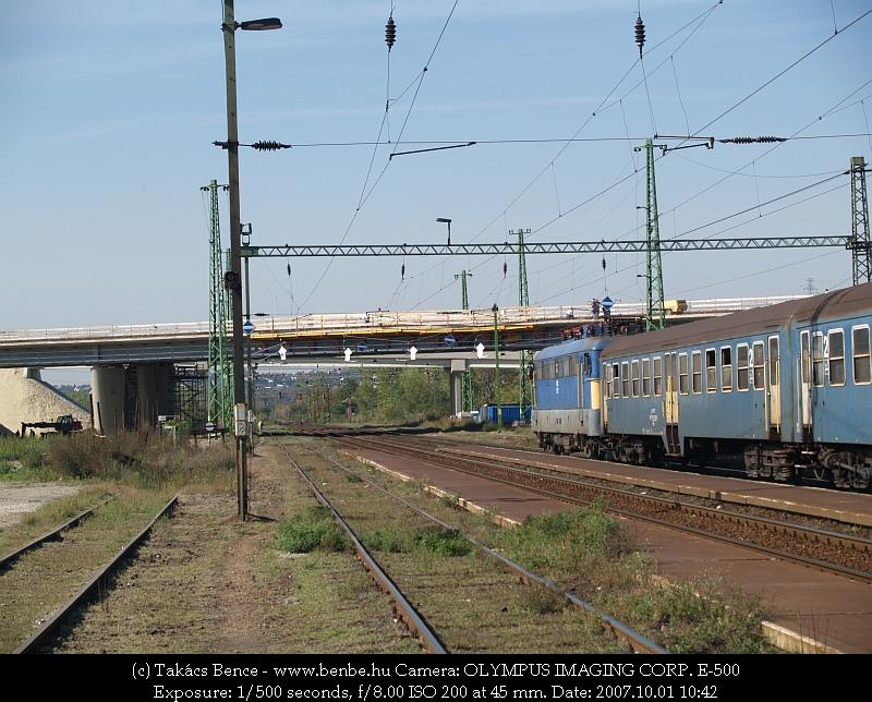 V43 1177 Nagytétény-Diósd leereszti áramszedõjét az M6-os autópálya építés alatt álló felüljárója elõtt fotó