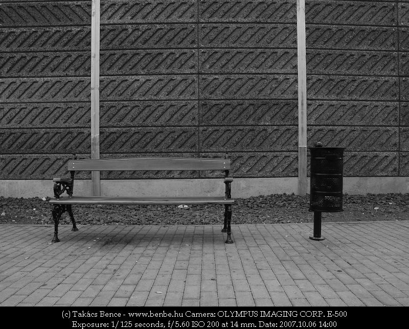 Zajvédõfal és peronbútorok fotó