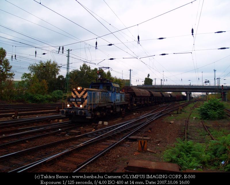 V46 018 gabonaszállító kocsikból álló tehervonatát húzza be Ferencvárosba fotó
