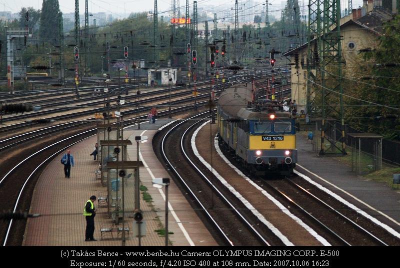 V43 1216 Kunszentmiklós-Tass felõl érkezik ingaszemélyvonatával fotó