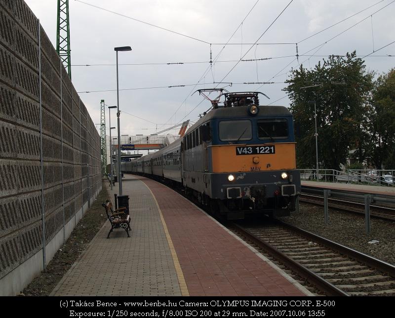 V43 1221 egy Szegedre tartó InterCity vonattal Ferihegy megállóhelyen fotó