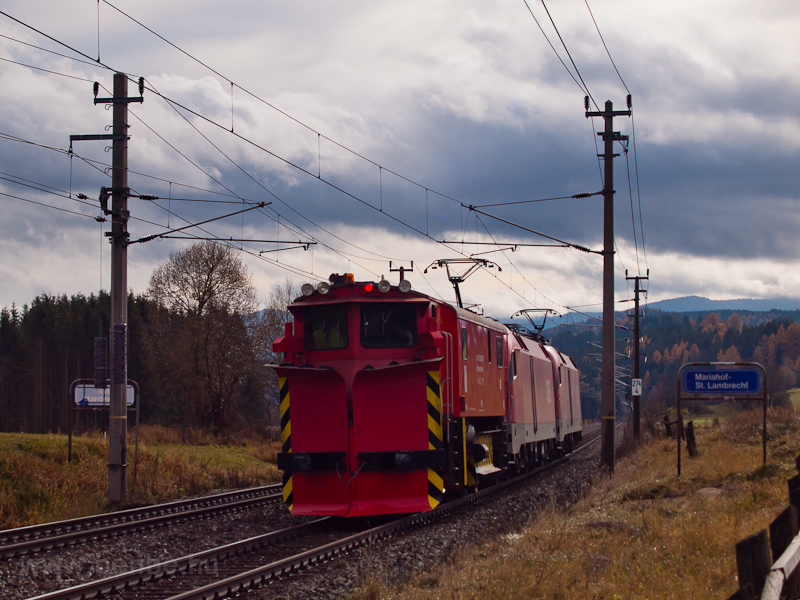 The ÖBB 1116 274 seen betwe photo