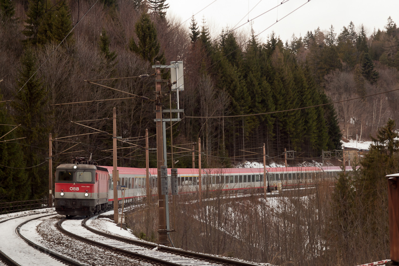 The ÖBB 1144 020 seen betwe photo