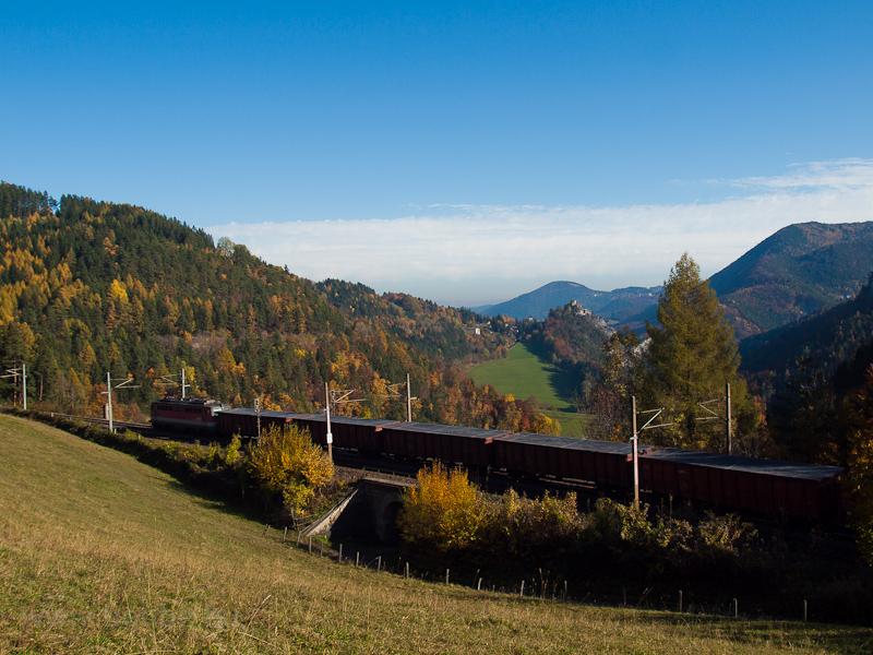Egy ÖBB Taurus tehervonattal Klamm-Schottwien és Breitenstein között - a 1142 639-2 tolja a vonatot fotó