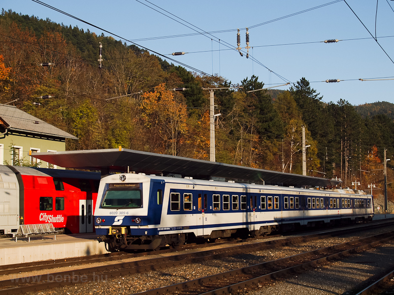 The ÖBB 6020 305 seen at Pa photo