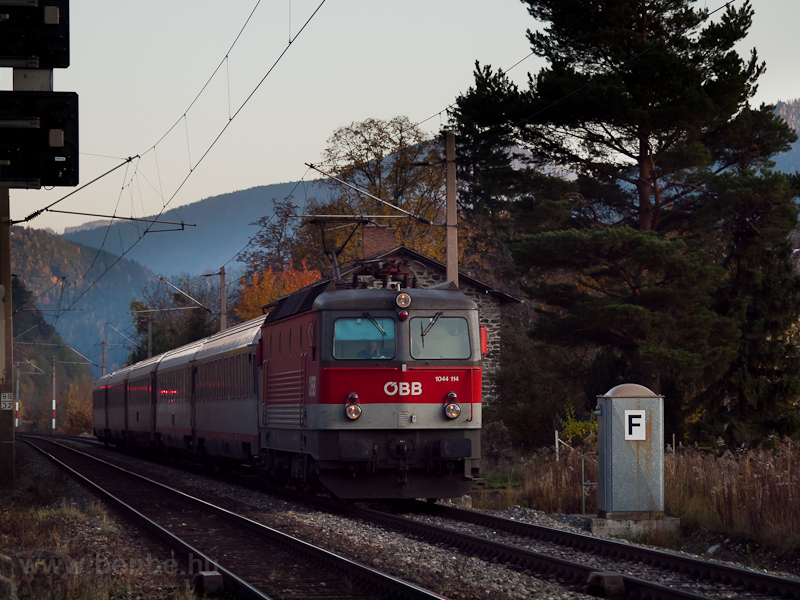 The ÖBB 1044 114 seen betwe photo