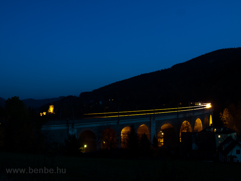 The ÖBB 4020 305 seen between Küb and Payerbach-Reichenau on the Schwarza-Viadukt illuminated for the night photo
