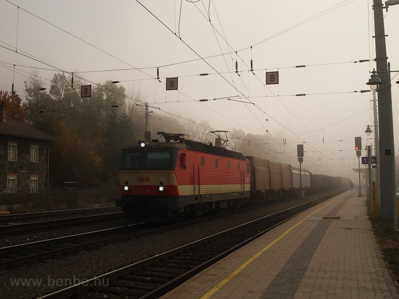 The ÖBB 1144 092 seen at Pa picture