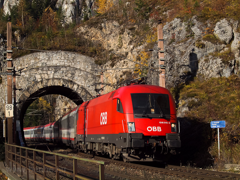 The ÖBB 1016 018 seen betwe picture