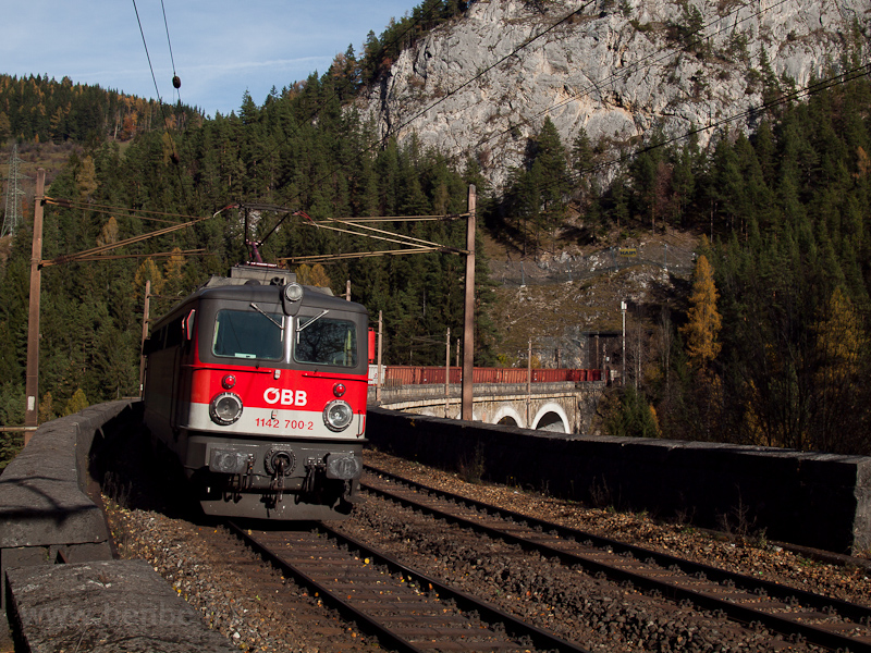 The ÖBB 1142 700-2 seen between Wolfsbergkogel and Breitenstein photo