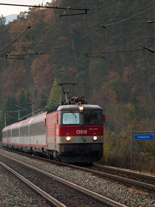 The ÖBB 1044 009 seen at Sc photo