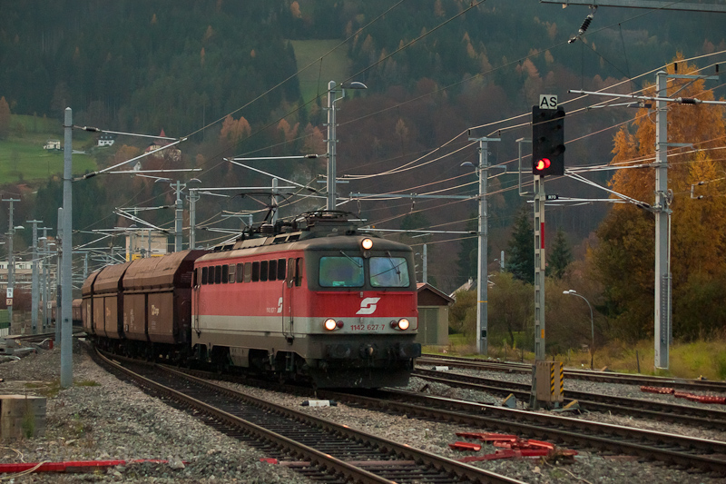 The ÖBB 1142 627-7 seen at  photo