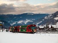 Az STLB Murtalbahn VS42 vezérlőkocsiból és VT31 motorkocsiból álló kisvasúti motorvonat Kreischberg Talstation megállóban