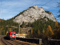 The ÖBB 1016 044 seen between Breitenstein and Wolfsbergkogel