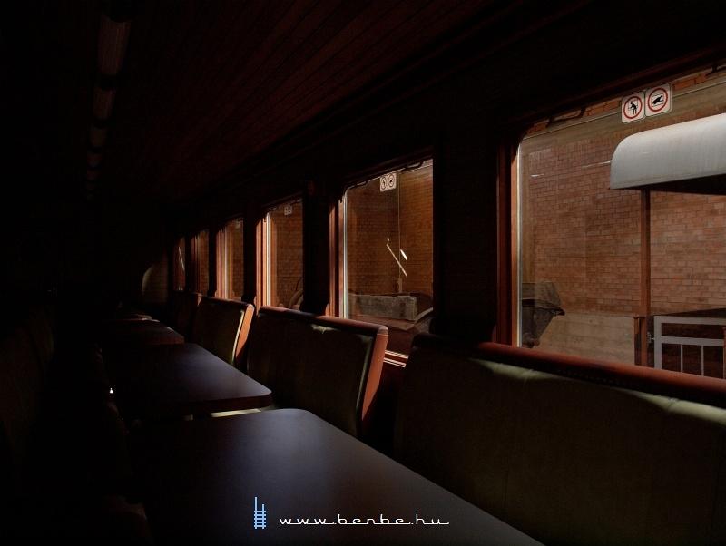 A Királyréti Erdei Vasút szalonkocsijának belső tere fotó