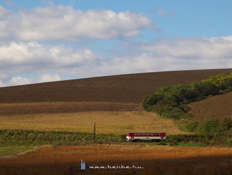 A ZSSK 810 492-9 pályaszámú motorkocsija a Csata-Ipolyság vasútvonalon Ipolybél megállóhely és Ipolypásztó állomások között fotó