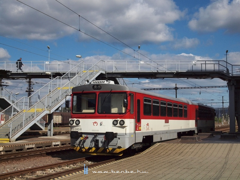A 913 043-6 pályaszámú Ikerbézé Párkánynána állomásán fotó