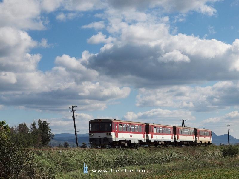 A 810 517-3 pályaszámú motorkocsival az élén érkező Anakonda Párkánynána és Kőhídgyarmat között fotó
