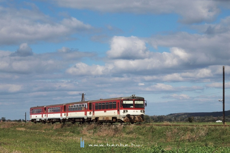 The 812 045-3 between Štúrovo and Kamenny Most nad Hrnom photo