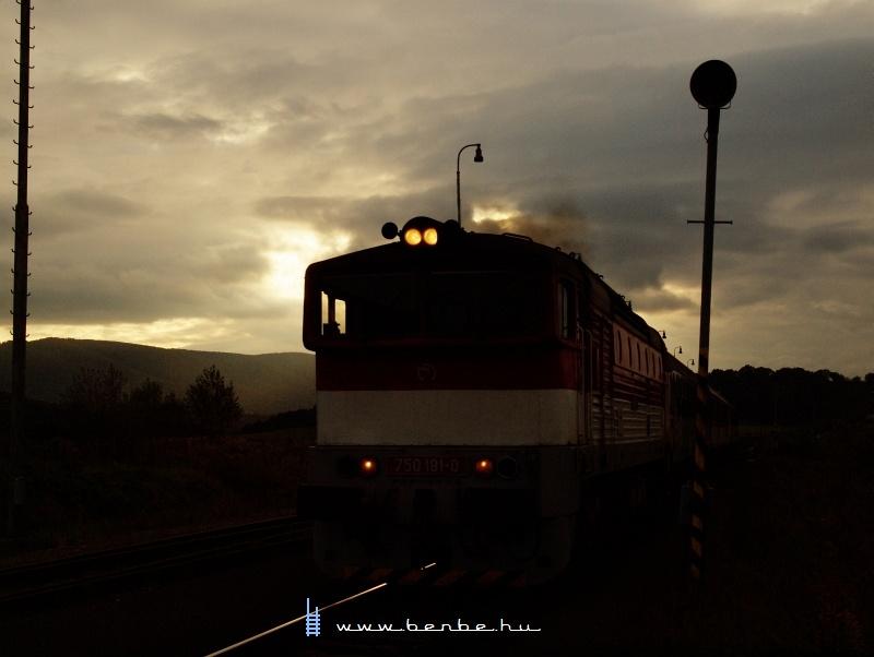 A 750 181-0 személyvonatával Szlatina kitérőnél fotó