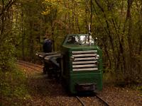 A Kemencei Erdei Múzeumvasút P 2 Strand-Godóvár és Pityur-rétje között zúzottkő-szállító vonattal