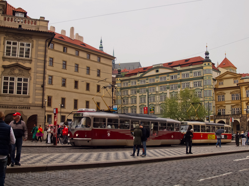 A 8281 pályaszámú Tatra T3.PLF kocsi egy hagyományos T3-ast vontatva a Kisebbvárosi téren (Malostranské namestí) fotó