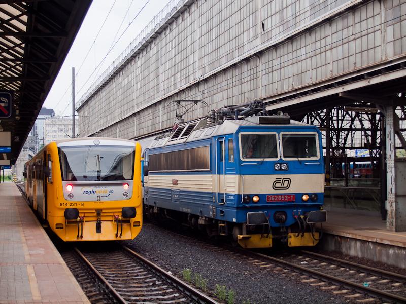 A ČD 362 053-1 és a 814 221-8 Praha hlavní nádražín fotó