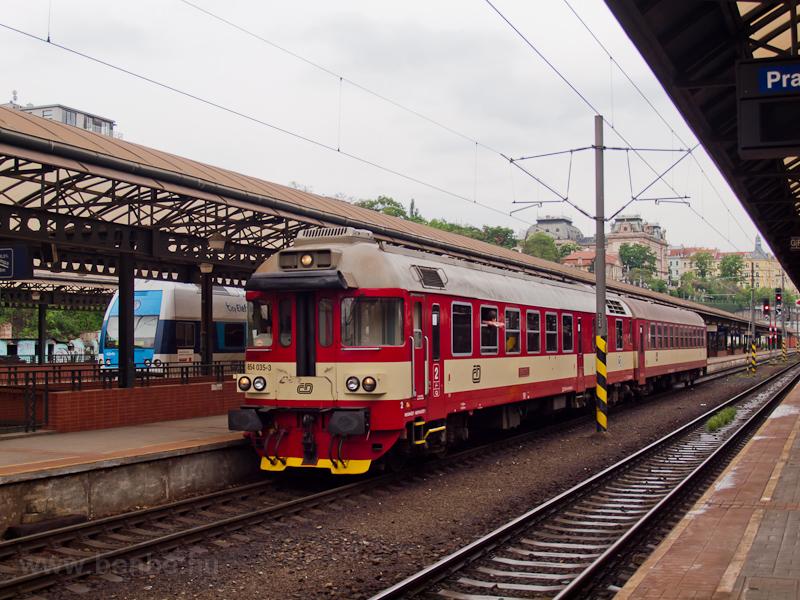 A ČD 854 035-3 Praha hlavní nádražín fotó