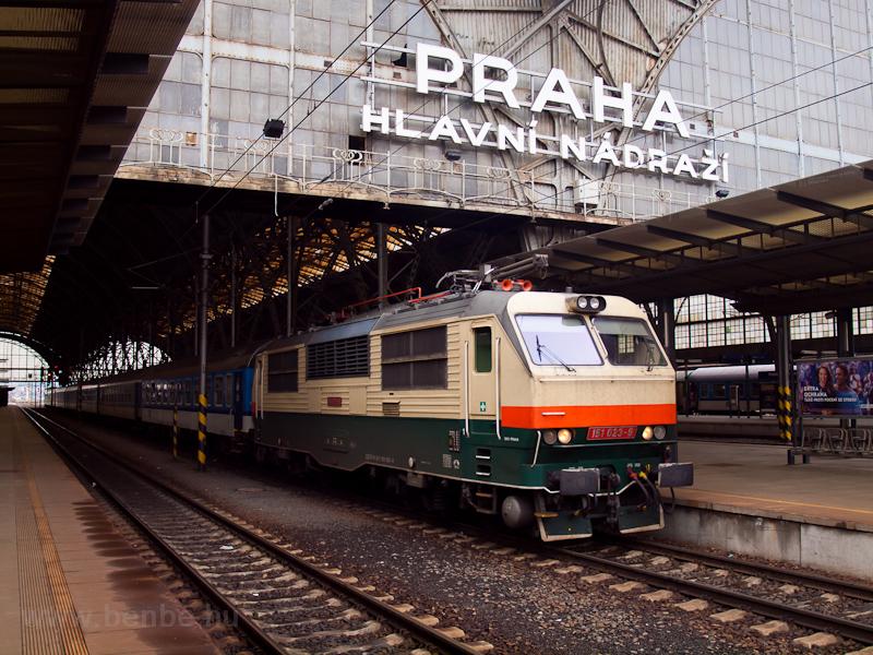 A ČD 151 023-9 pályaszámú Retró-Banán Praha hlavní nádražín fotó