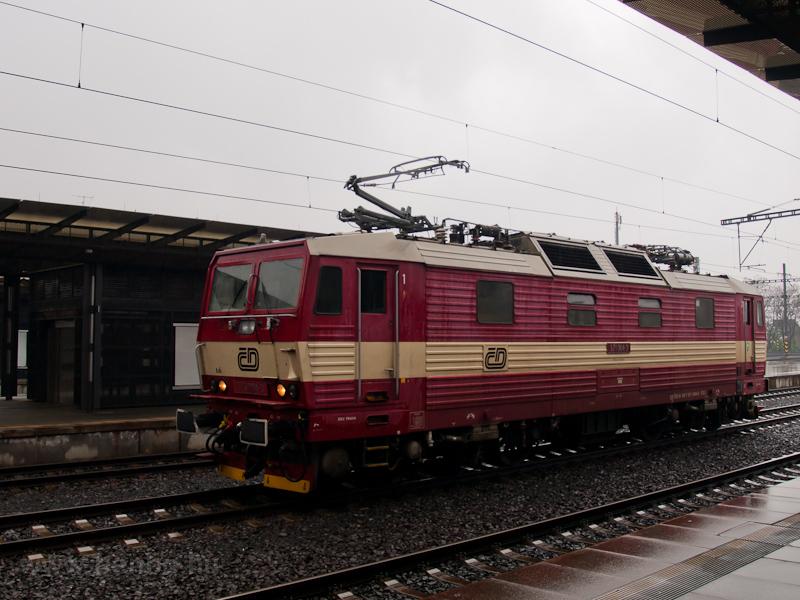 A 371 004-3 pályaszámú, német váltóáramról és cseh egyenáramról működni képes mozdony Prága főpályaudvarán fotó