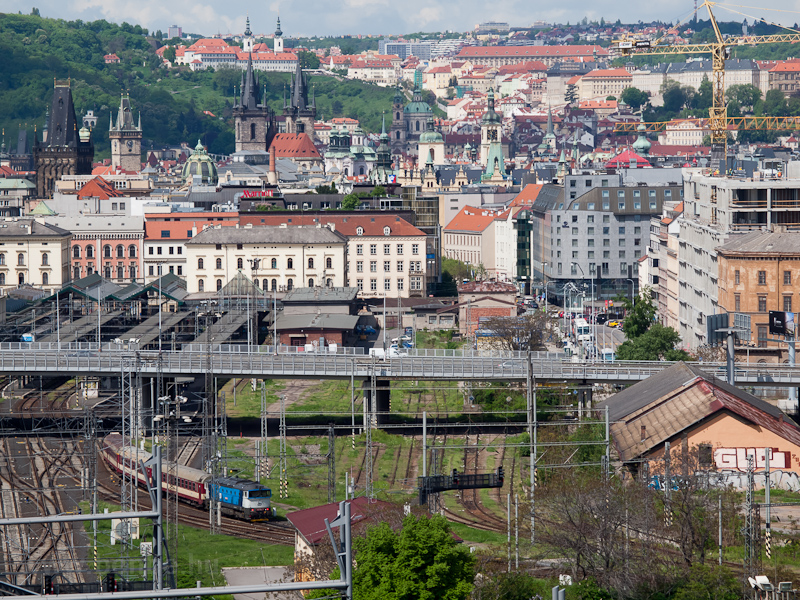 Búváros ingavonat érkezik Praha Masarykovo nádražíra fotó