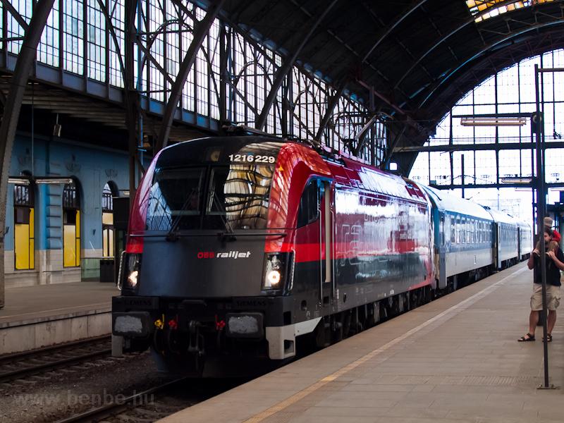 Az ÖBB 1216 229  railjet  Praha hlavní nádražín fotó