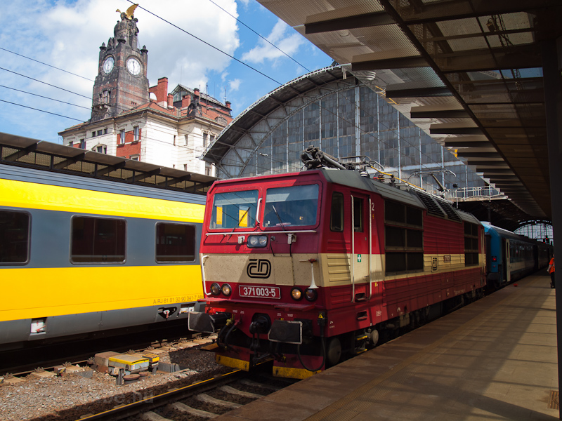 A ČD 371 003-5 Praha hlavní nádraží állomáson fotó