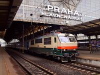 A ČD 151 023-9 pályaszámú Retró-Banán Praha hlavní nádražín