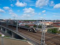 A LEO Express cseh személyszállító magánvasút 480 005-8 pályaszámú, távolsági fölszereltségű FLIRT motorvonata Praha hlavní nádražín