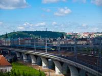 A ČD 682 002-1 pályaszámú  Integral  billenőszekrényes motorvonata Praha hlavní nádražín