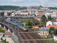 A ČD 150 225-1 Praha hlavní nádražín, a háttérben, egy szinttel lejjebb a 471 028-1