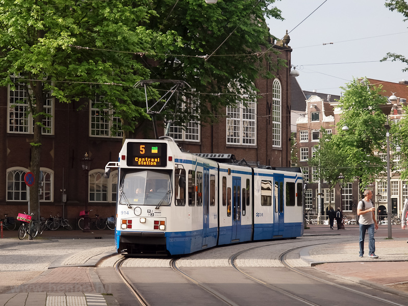 Amsterdam tramcar number 914 (type 11G, builder: La Brugeoise et Nivelles, BN) seen in a very narrow street with occasional track plait (single-track with four rails) sections photo