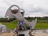 Falkirk Wheel, egy gigantikus hajóemelő, amivel egy 9 zsilipből álló rendszert küszöböltek ki az Edinburgh felső részébe vezető, végig vízszintes Union canal, és az Északi-tengert az Ír tengerrel összekötő, a Firth of Forthból a Firth of Clyde-ig megépített Forth&Clyde canal között