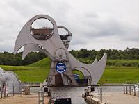 Falkirk Wheel, egy gigantikus haj�emelő, amivel egy 9 zsilipből �ll� rendszert k�sz�b�ltek ki az Edinburgh felső r�sz�be vezető, v�gig v�zszintes Union canal, �s az �szaki-tengert az �r tengerrel �sszek�tő, a Firth of Forthb�l a Firth of Clyde-ig meg�p�tett Forth&Clyde canal k�z�tt