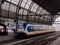 A 2434 pályaszámú, négyrészes (Bombardier S70) Sprinter LighTTrain Amsterdam Centraal állomáson