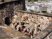 Tüzérek készülődnek Edinburgh Castle-ben