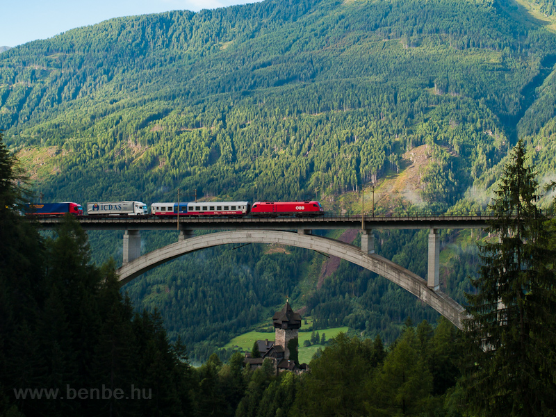 An ÖBB 1116 seen with a Ro-La train between Penk and Oberfalkenstein on the Falkensteinbrücke photo